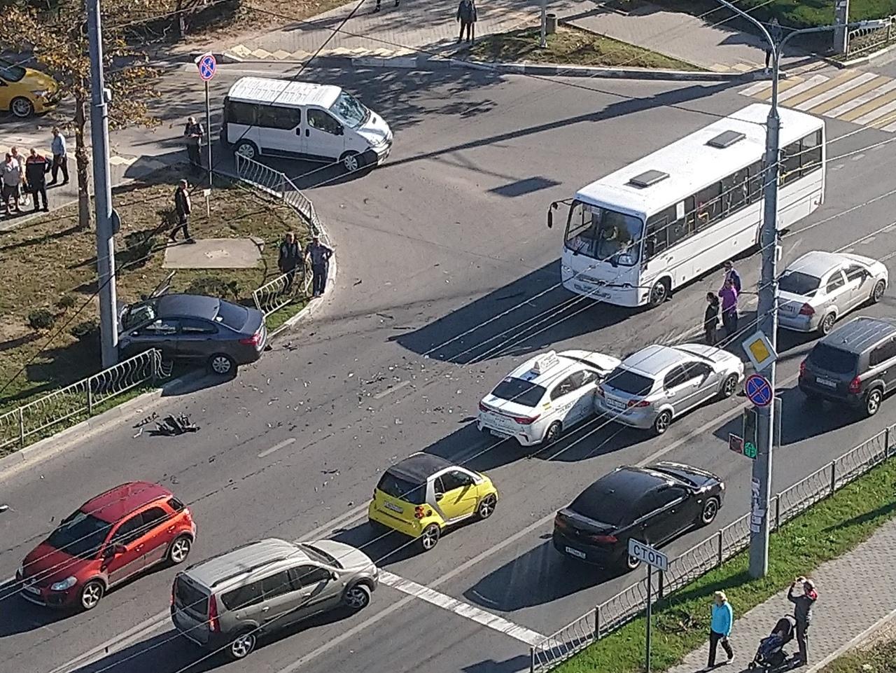 Тройное ДТП с участием «учебки»: в Севастополе автомобиль снес забор и влетел в столб