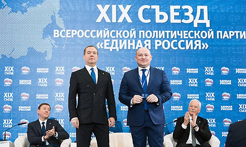 Дмитрий Медведев вручил Михаилу Развожаеву партбилет «Единой России»