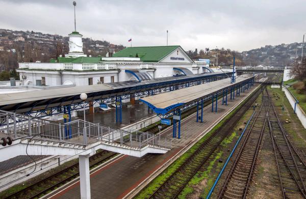 В Севастополе поручили обновить разбитые остановки у ж/д вокзала