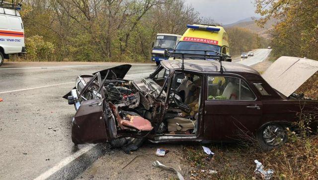 В Крыму грузовик смял «Волгу» с двумя людьми