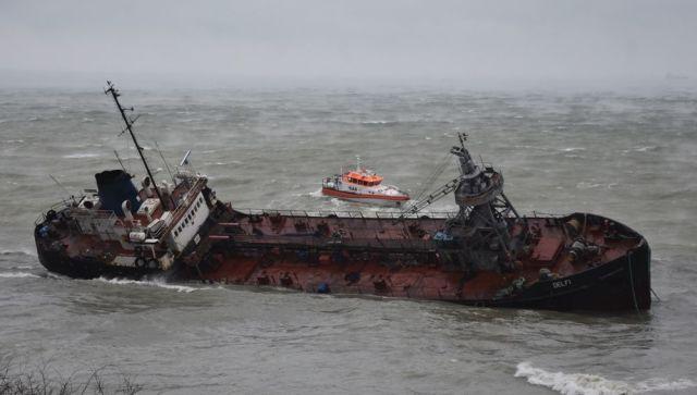 В Черном море произошел сильный разлив нефти из севшего на мель танкера