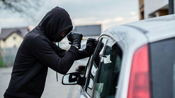 В Ялте случайный прохожий помог злоумышленнику угнать машину