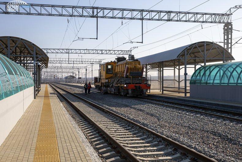 На станциях у Крымского моста настраивают железнодорожную автоматику