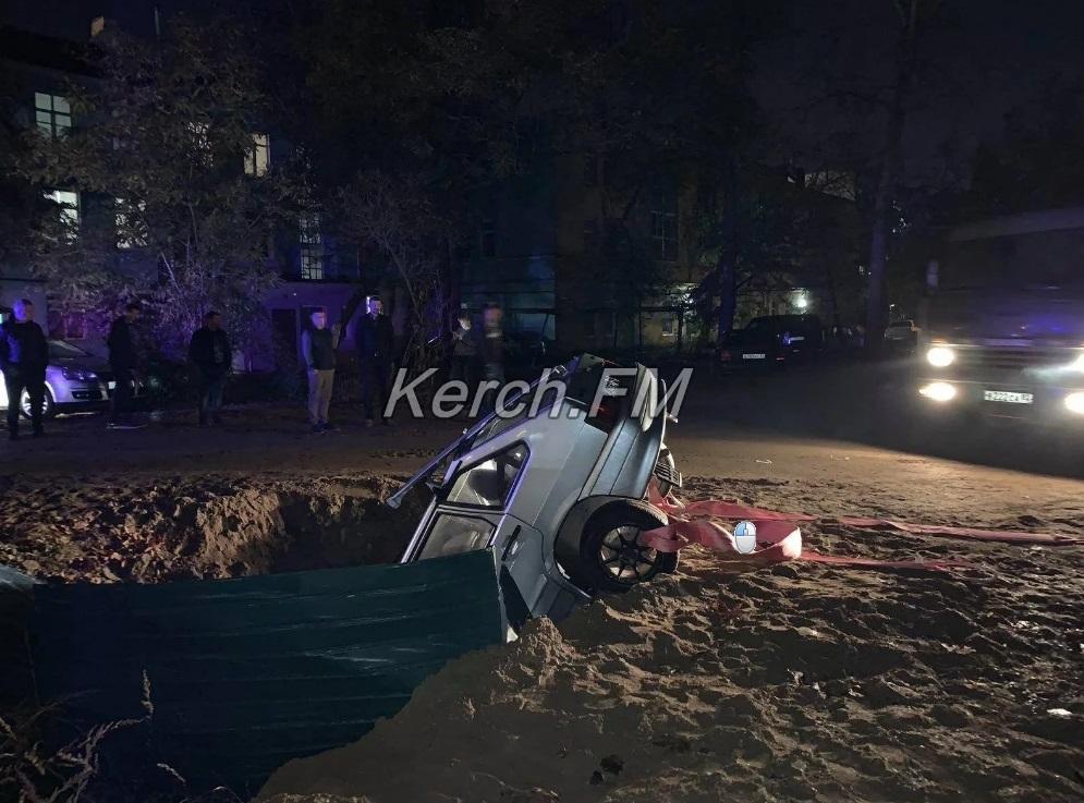 В Крыму легковой автомобиль ушел под землю