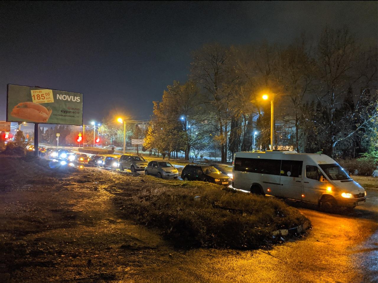 «Черная пятница»: севастопольские водители выстроились в очередь за дешевым бензином