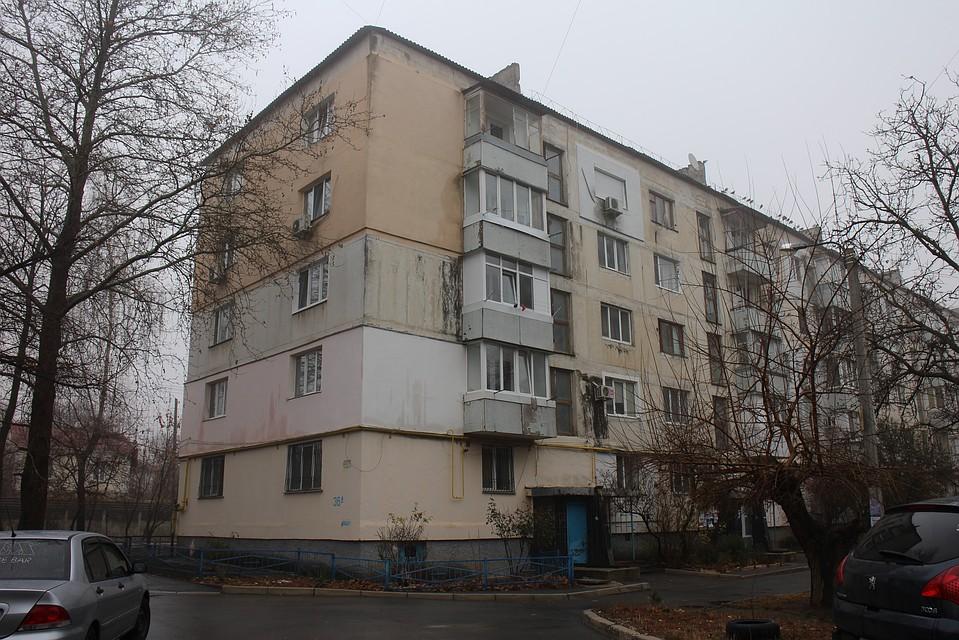 Окна открыты даже ночью: жители многоэтажки напуганы неизвестным веществом, убившим двоих детей