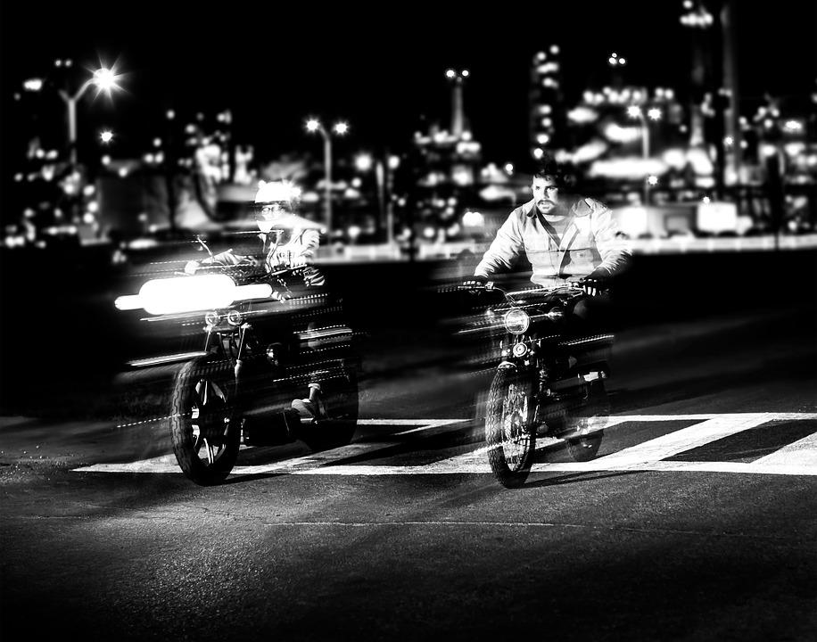 В Крыму мотоциклист на скорости врезался в бордюр и погиб