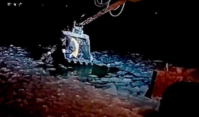 На Урале провалившегося под лед пса достали с помощью ковша экскаватора