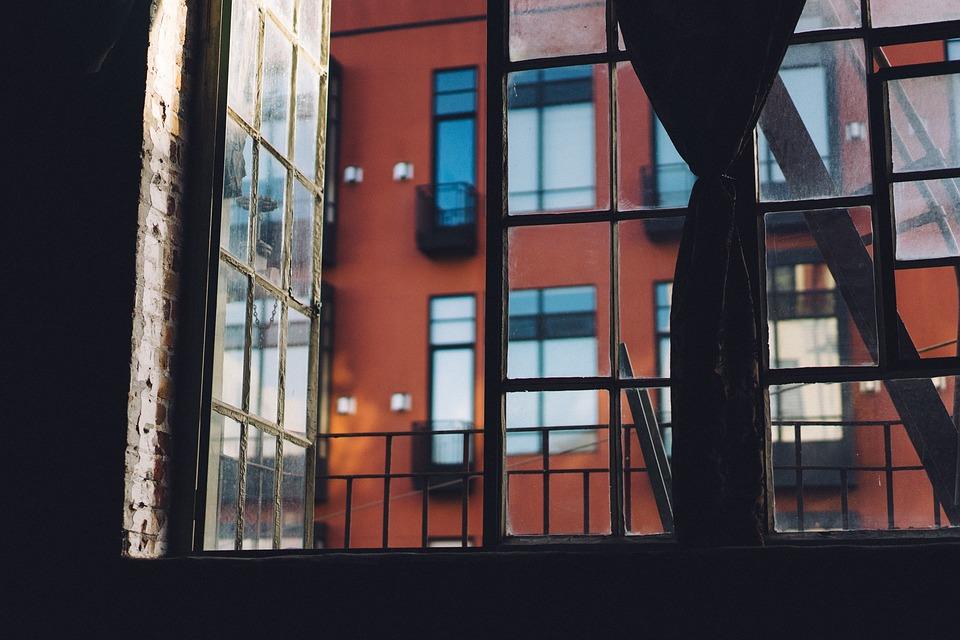 В Крыму мужчина выбросил мать с балкона четвертого этажа и угрожал взорвать дом