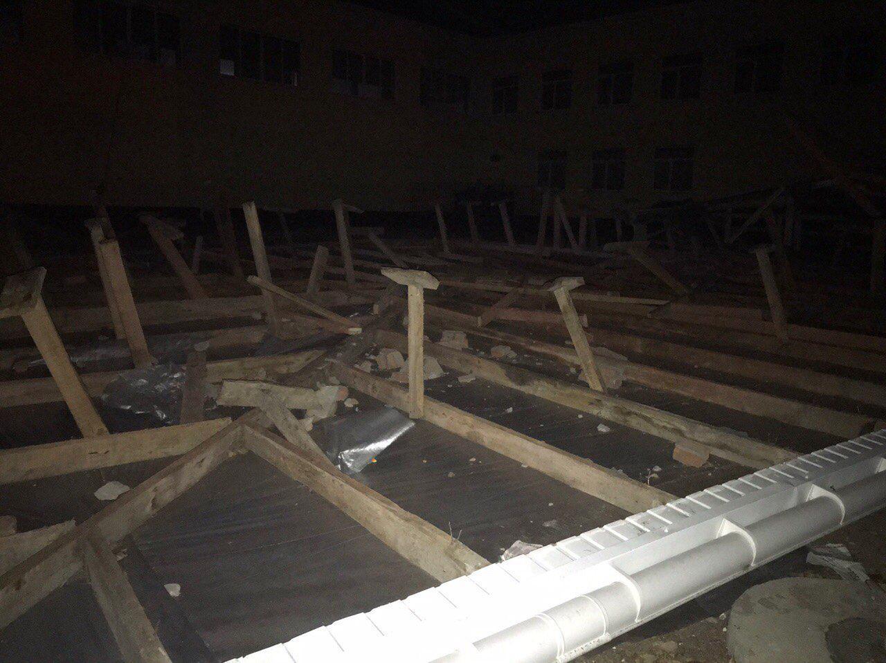 В Крыму ураганным ветром сорвало крышу со здания школы