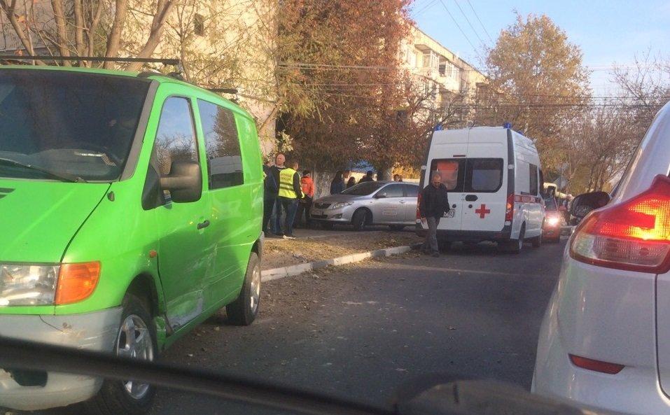 В Симферополе автомобиль вылетел на тротуар и сбил убиравшего листья дворника