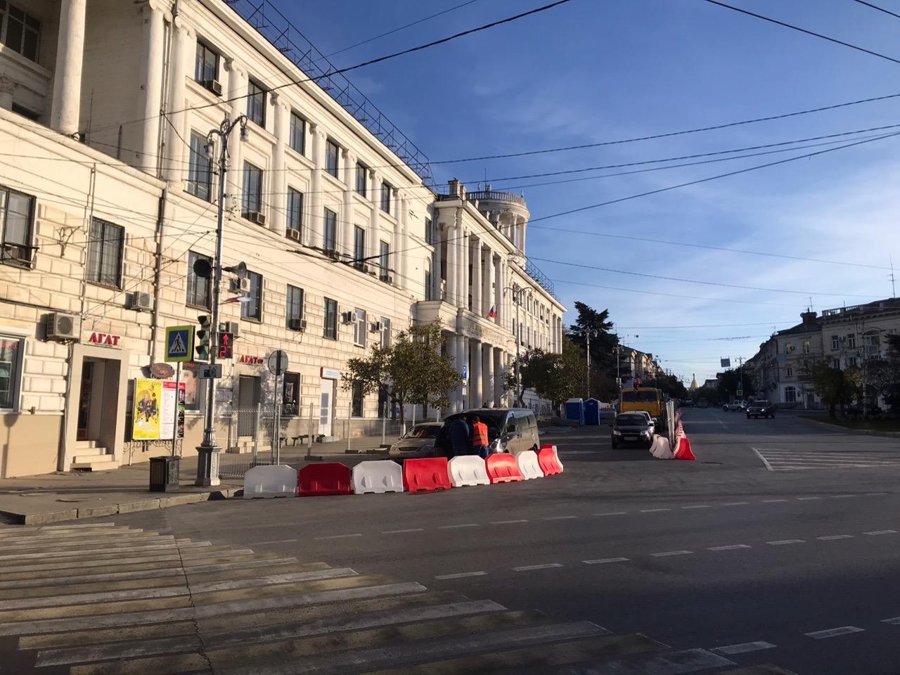 Парковку на площади Лазарева перекрыли