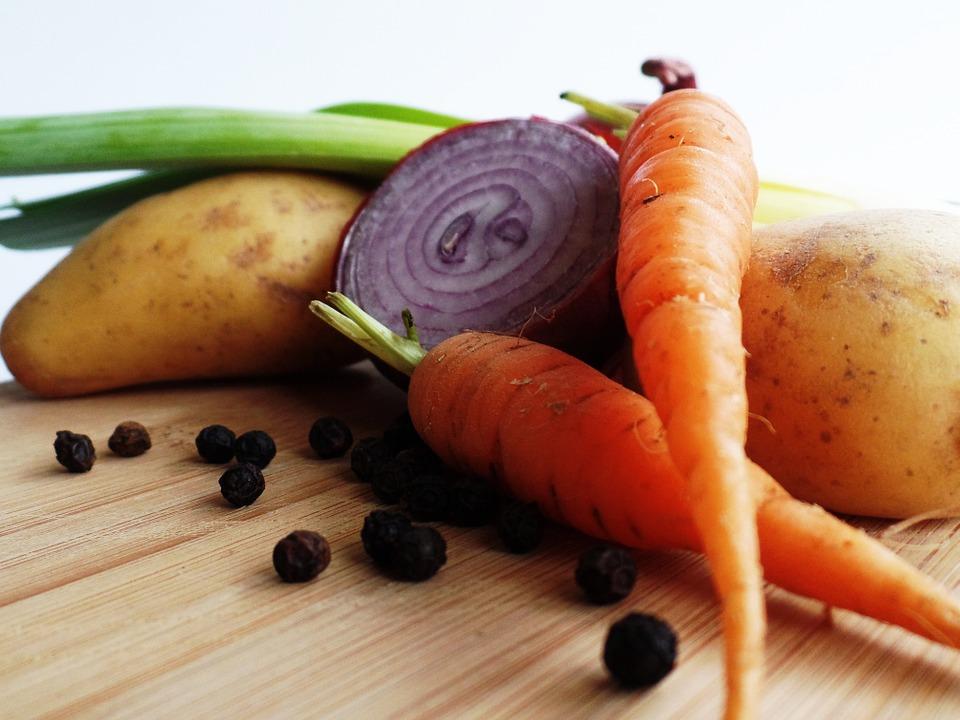 Диетолог рассказала, кому категорически нельзя есть картошку и морковь