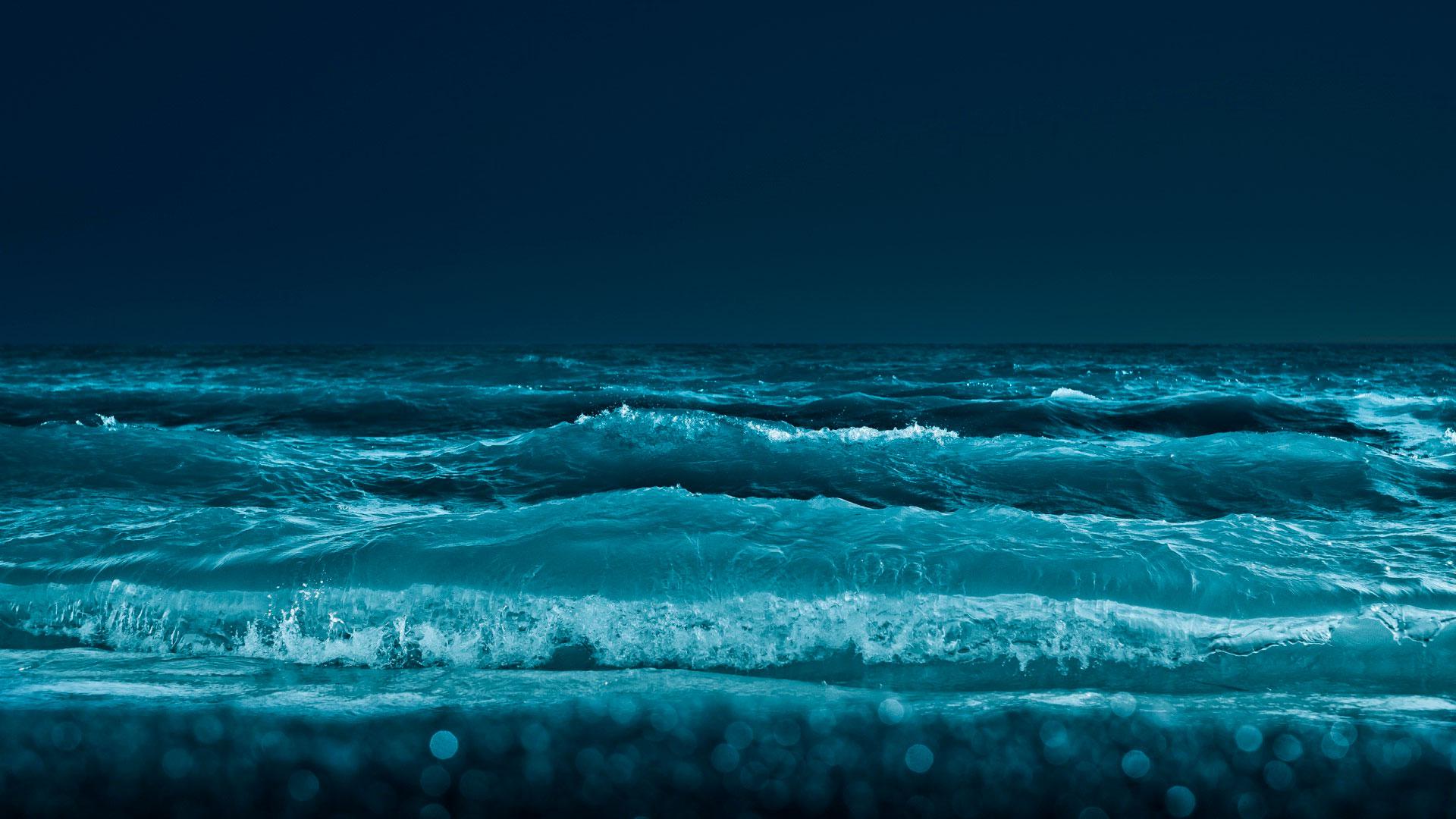 Ночью в Ялте во время шторма мужчину смыло волной с пирса