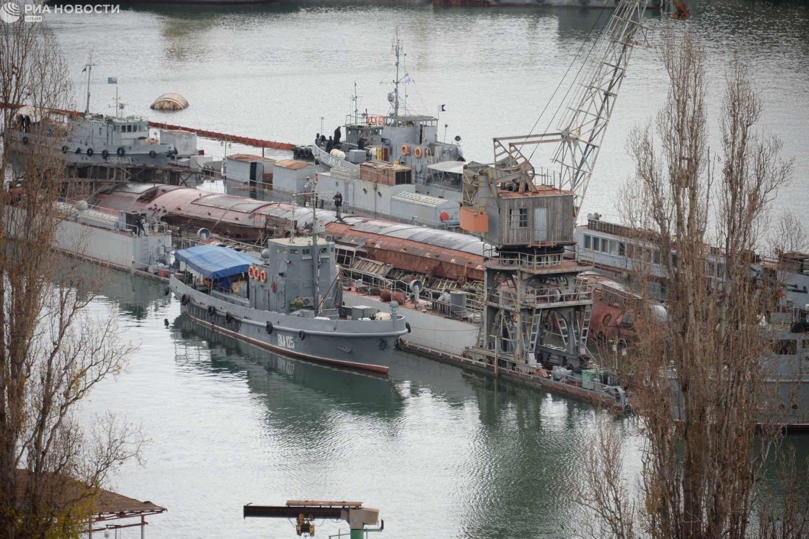 Лишь четверть затонувшего в Севастополе плавдока с подлодкой остается над водой