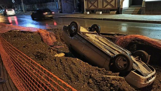 В Крыму машина перевернулась в разрытую на дороге яму