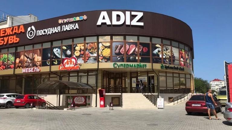 Предприниматели вывозят товары из незаконно работающего торгового центра в Севастополе