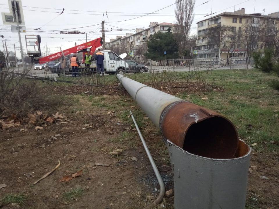 В Севастополе ликвидируют последствия падения опоры троллейбусной сети