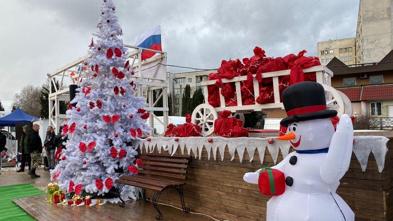 Выгодные цены, фотозона, Дед Мороз: в Севастополе открылась Новогодняя ярмарка