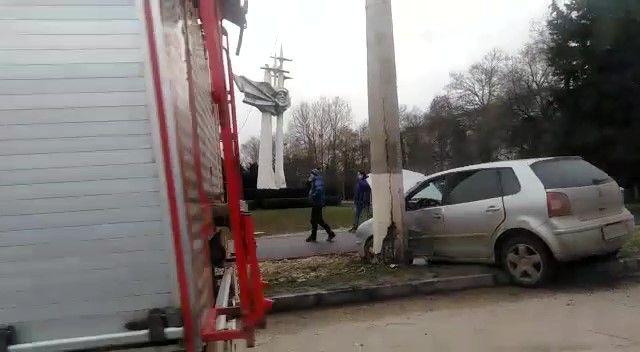 В Севастополе автомобиль врезался в столб