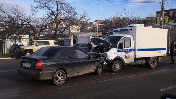 В Севастополе легковой автомобиль въехал в полицейскую ГАЗель