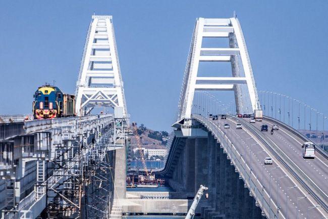 По Крымскому мосту прошли два поезда