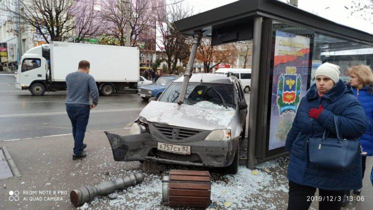 Появилось видео момента ДТП, где автомобиль влетел в остановку с людьми