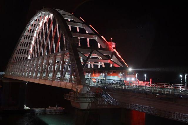 Первый пассажирский поезд пересек Крымский мост