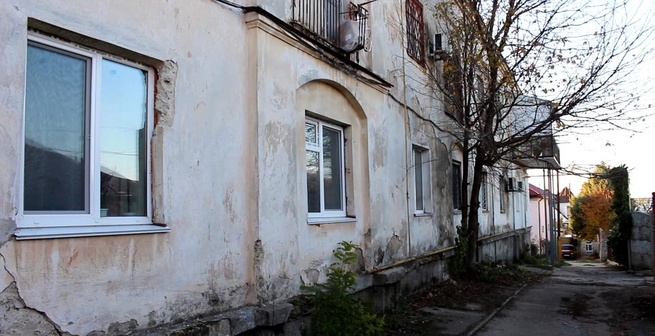 Вода в подвалах и трещины на фасадах: вице-губернатора Севастополя не волнуют проблемы соседей
