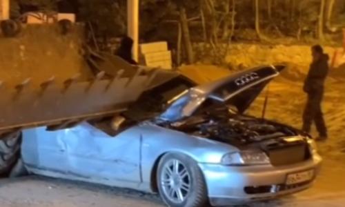 В центре Севастополя экскаватор ковшом раздавил иномарку