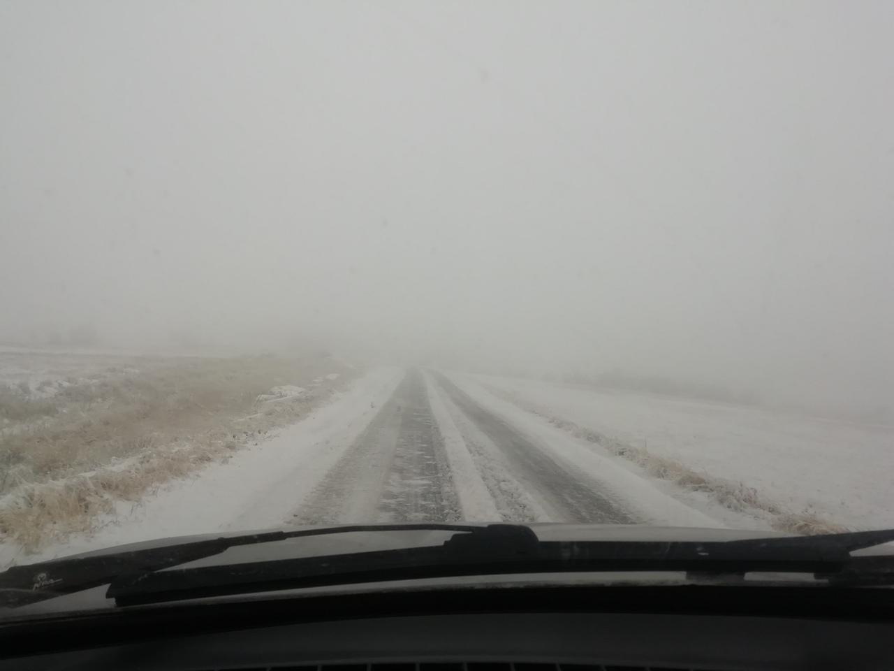 Крымские дороги заметает снегом