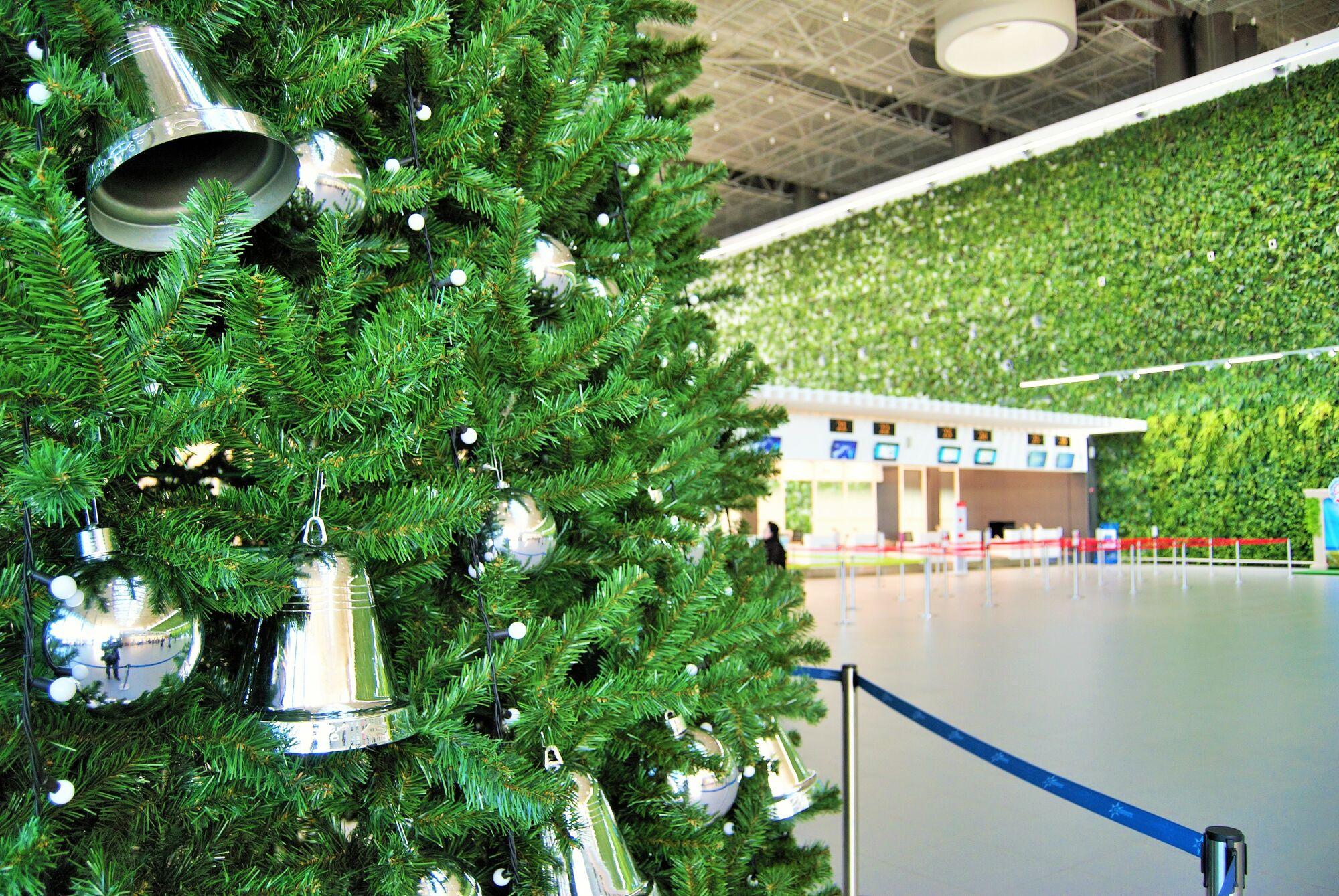 Около тысячи игрушек и полкилометра гирлянд: в аэропорту Симферополя установили елку