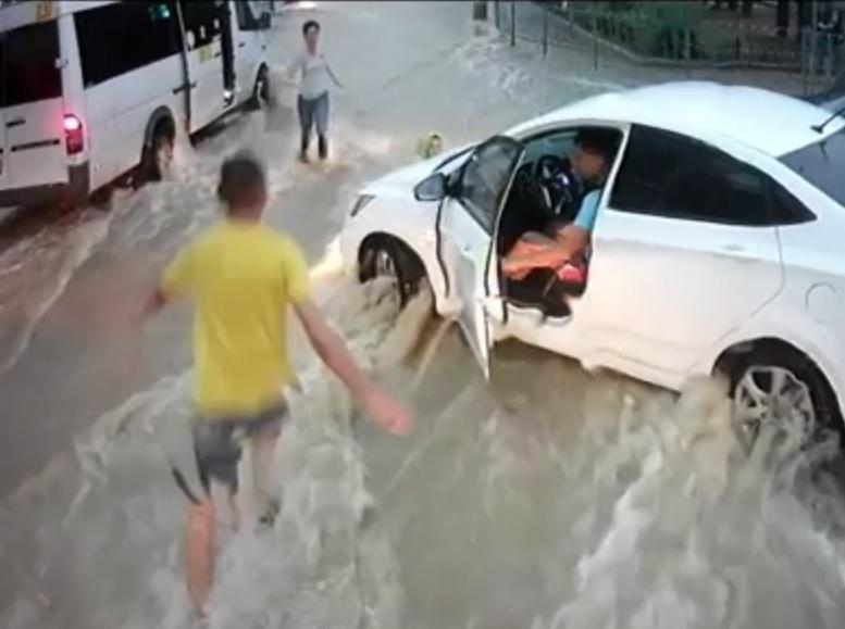 Cпасшего детей во время июньского ливня водителя наградили
