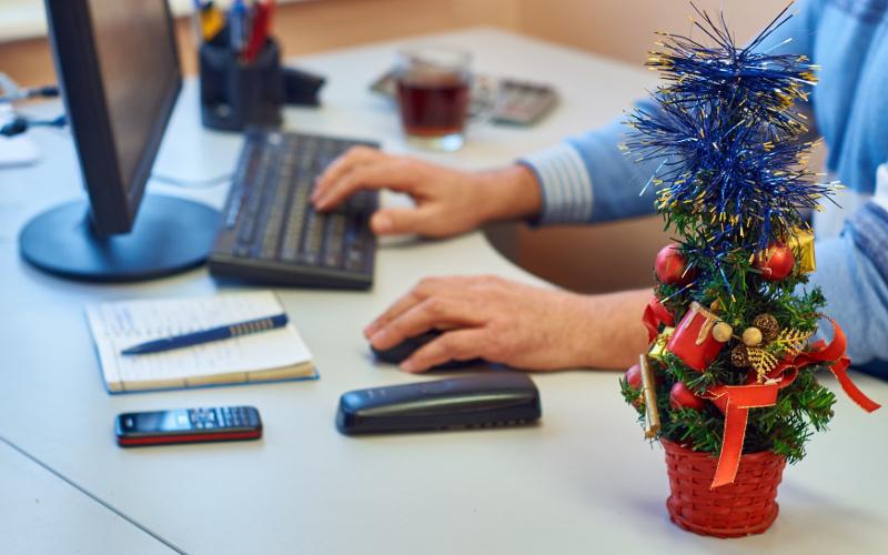 Роструд объяснил порядок оплаты труда в новогодние выходные