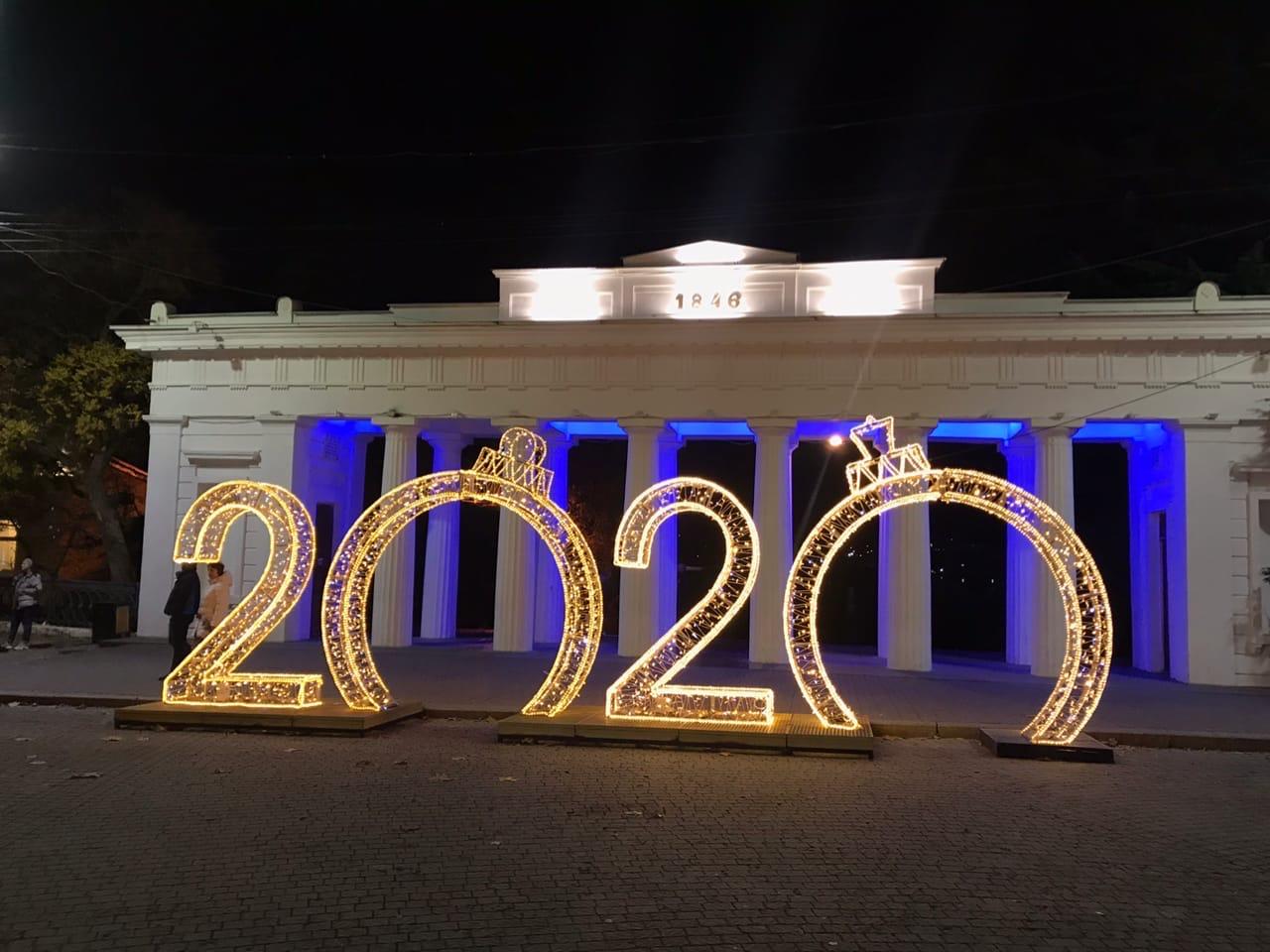 Как выглядит украшенный центр Севастополя вечером