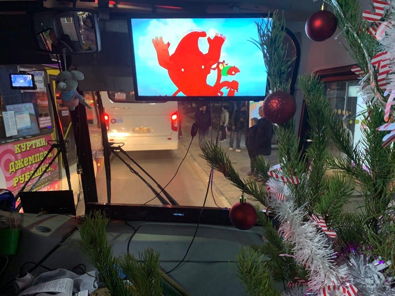 Живая елка, новогодние клипы, гирлянда: севастопольцы в восторге от праздничного автобуса