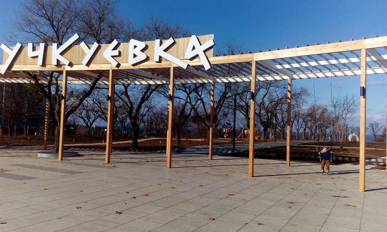 В еще не открывшемся парке Севастополя вандалы сломали скамейки и украли растения