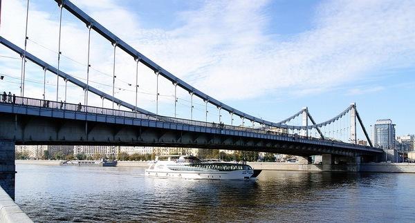 С опоры Крымского моста сняли мужчину