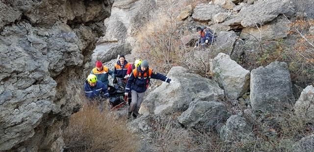 Сорвался со скалы: в горах Крыма погиб турист