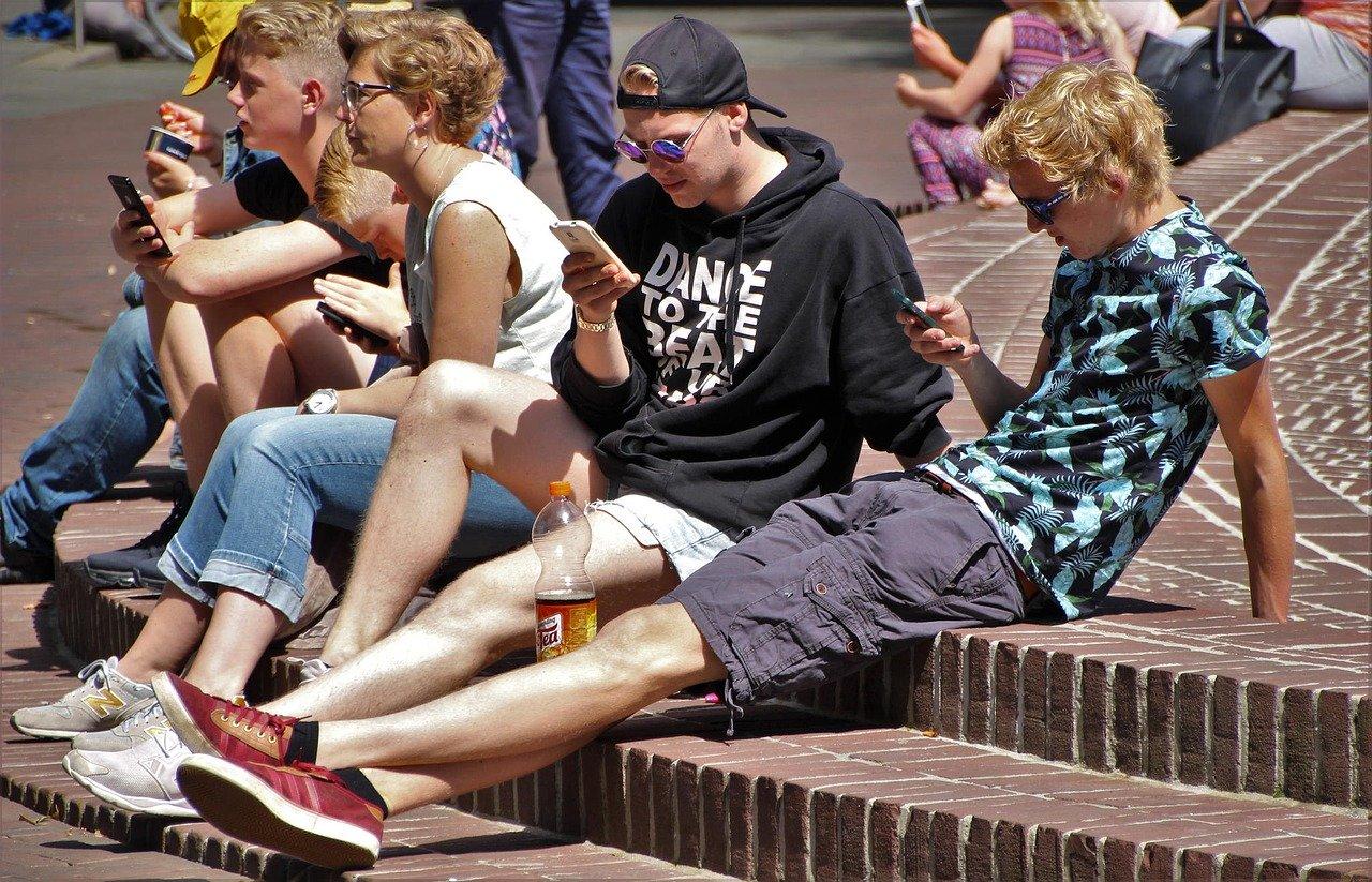 В некоторых школах Симферополя начали отбирать мобильные телефоны на уроках