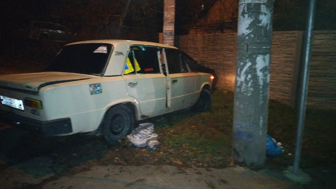 «Перевёртыш», автомобили в столбах и ограждениях: ночью в Крыму произошла череда серьезных ДТП