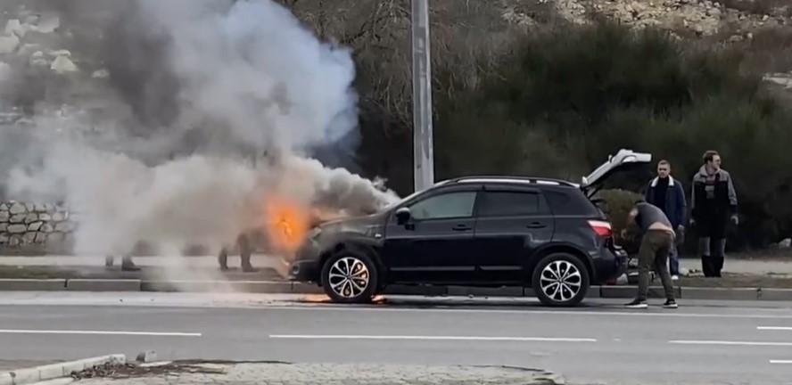 На дороге в Севастополе вспыхнул автомобиль
