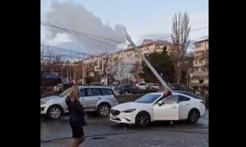 Дым, искры, огонь: в Севастополе на оживленной улице на провода обрушился столб
