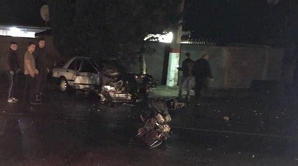 Двигатель вылетел из машины: на крымской трассе автомобилист врезался в столб