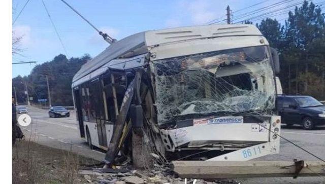 На ЮБК троллейбус врезался в столб