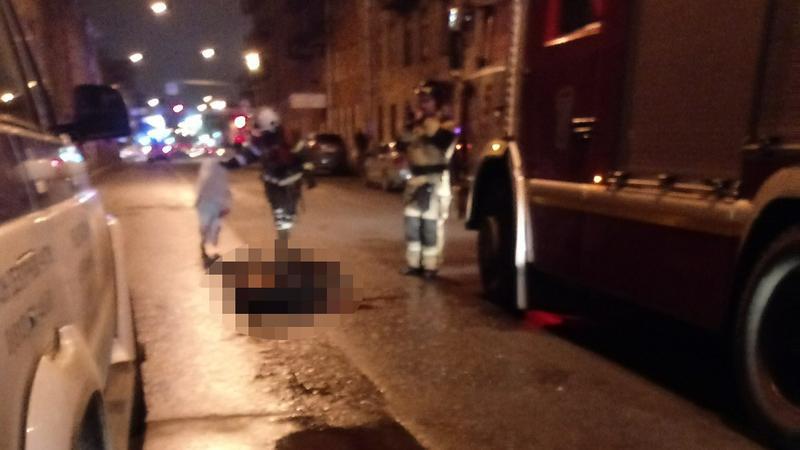 Падение горящего мужчины на прохожую в Петербурге попало на видео