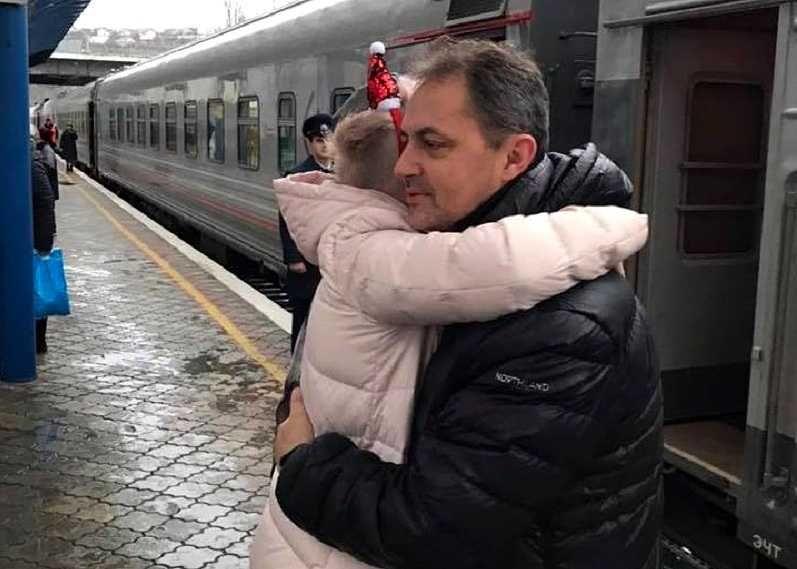 Двое севастопольцев вернулись из украинского плена домой