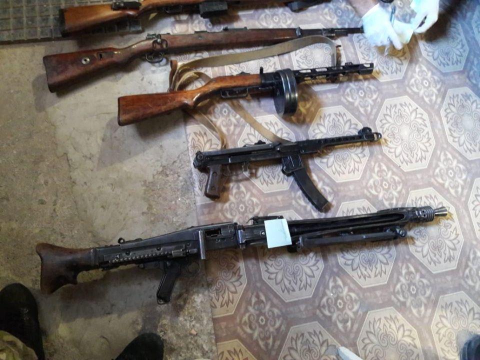 У двух севастопольцев в гаражах нашли пулеметы, автоматы и гранаты