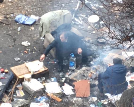 Мягкая мебель, кальян: в центре Севастополя бомжи разбили лагерь