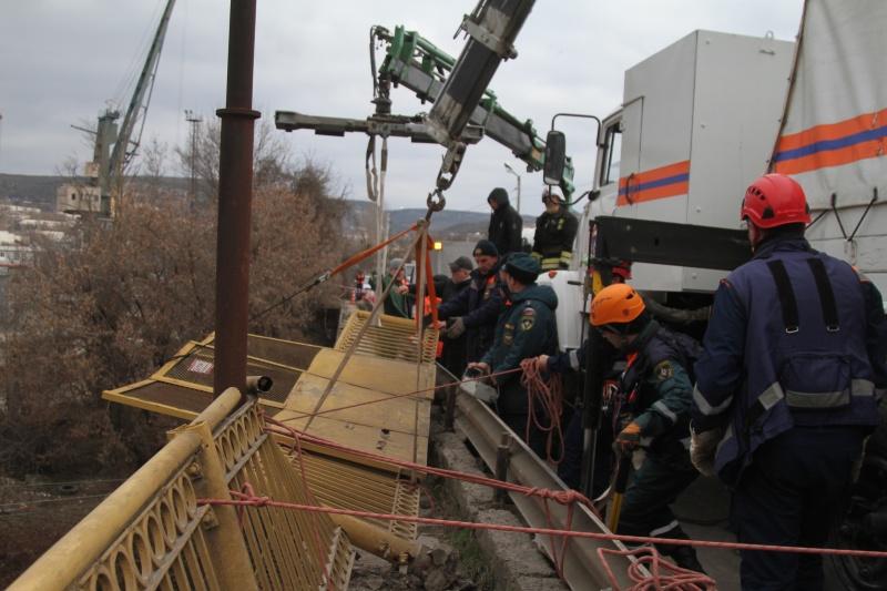 Ограждение моста рухнуло на железнодорожные пути в Севастополе